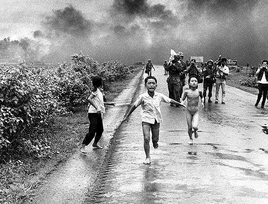 Niños corriendo bajo el terror de la guerra.